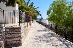 Terrasse en pierre blanche traditionnelle de mer Images libres de droits