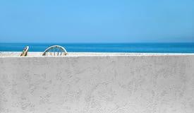 Terrasse ensoleillée de bord de la mer avec une grande vue photos libres de droits