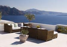 Terrasse entspannen sich in Santorini Lizenzfreies Stockbild