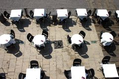 Terrasse et tables vides Images stock