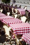 Terrasse européen pendant des week-ends ensoleillés Images stock