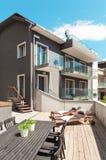 Terrasse gentille de maison moderne Images libres de droits