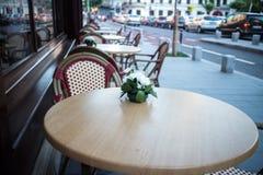 Terrasse im Freien des Restaurants in der Straße Stockfotos