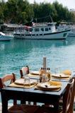 Terrasse im griechischen Hafen Lizenzfreies Stockfoto