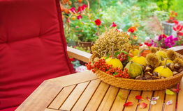 Terrasse im Herbst Stockfotos