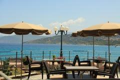 Terrasse mit Ansicht über das Meer Stockbilder