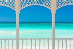 Terrasse mit Blick auf einen tropischen Strand in Kuba Stockbild