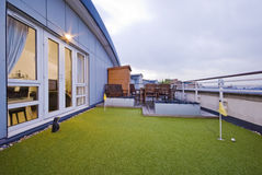 Terrasse mit einem Golfnicken Stockfotos