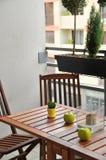 Terrasse mit Holztisch und Stühlen stockbild