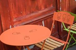 Terrasse mit orange Stühlen Stockbild