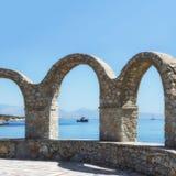 Terrasse mit Steinbogen Szenische Ansicht des Meeres, Berge und Lizenzfreies Stockbild
