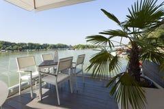Terrasse moderne de café de rive pendant le matin image libre de droits