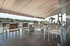 Terrasse moderne de café de rive pendant le matin photos libres de droits