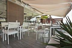 Terrasse moderne de café de rive pendant le matin photos stock