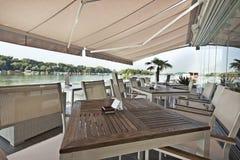 Terrasse moderne de café de rive pendant le matin image stock