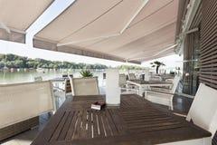 Terrasse moderne de café de rive pendant le matin photo libre de droits