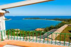Terrasse par la mer dans le coda Cavallo de capo image libre de droits