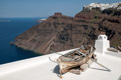 Terrasse romantique parmi la caldeira de Santorini Image stock