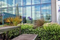 Terrasse supérieure de toit avec des fleurs et des arbustes et des meubles de patio Images libres de droits