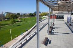 Terrasse sur la place de liberté et parc urbain dans Almada Image libre de droits