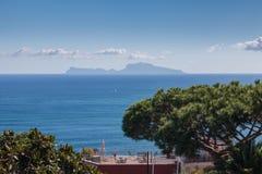 Terrasse sur les rivages de la baie de Naples Images stock