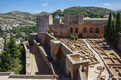Terrasse, Türme und Wand mittelalterlicher Alcazaba-Festung von Alhamb Stockbild
