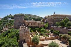 Terrasse, Türme und Wand mittelalterlicher Alcazaba-Festung von Alhamb Stockfoto