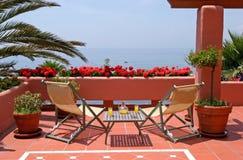 Terrasse, Tabelle, Stühle und Seeansichten Lizenzfreie Stockbilder