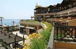 Terrasse und Blumen im Hotel. Lizenzfreies Stockfoto