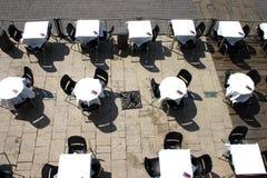 Terrasse und leere Tabellen Stockbilder