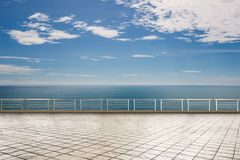 Terrasse vide avec le fond de ciel bleu Images stock