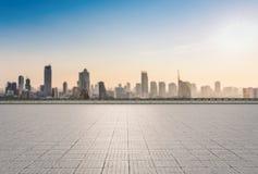 Terrasse vide sur le fond de paysage urbain Images libres de droits