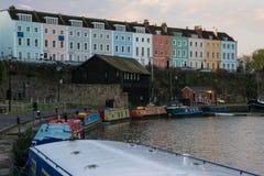 Terrasse von Häusern und von schmalen Booten auf Bristol Dockyard Lizenzfreie Stockbilder