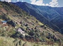 Terrassen in den Bergen mit Wolken und Tal lizenzfreie stockfotografie