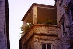 Terrassen med blommor arkivbilder