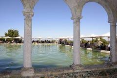 Terrassen-Sonnenschutz an der Mittagessen-Partei, gewölbtes Pool im Freien Lizenzfreie Stockfotos