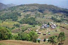 Terrassen und Dorf im Berg Lizenzfreie Stockbilder