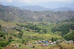 Terrassen und Dorf im Berg Lizenzfreie Stockfotografie