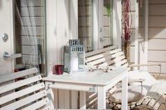 Terrassenaufenthaltsraum mit bequemen Diwanen in einem Luxushaus Gartenmöbel am Patio Modernes Design der Architektur stockfoto