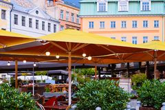 Terrassenstraßencafé in der alten Stadt von Riga von Lettland stockbild