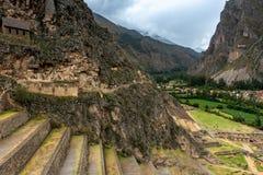 Terrasser av Incan byggnad i Ollantaytambo, Peru arkivfoton