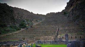 Terrasser av Pumatallis i Ollantaytambo den arkeologiska platsen, Cuzco, Peru royaltyfri foto