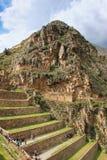 Terrasser av Pumatallis på Inca Fortress i Ollantaytambo, Pe arkivbilder
