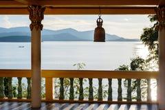 Terrassera med kolonner, den buddistiska klockan, sikten av havet och berg i avståndet Arkivbilder