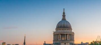 Terrassera med sikt på St Paul Cathedral - London på skymning Royaltyfri Bild