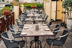 Terrassera med tabeller, stolar och bestick i philipsburg, sint maarten Öppen luft för restaurang Äta och äta middag som är utomh arkivbilder