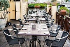 Terrassera med tabeller, stolar och bestick i philipsburg, sint maarten Öppen luft för restaurang Äta och äta middag som är utomh royaltyfria bilder
