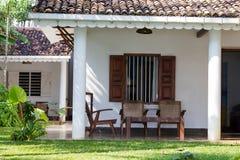 Terrassera med trätabellen och stolar i ett tropiskt hus fotografering för bildbyråer