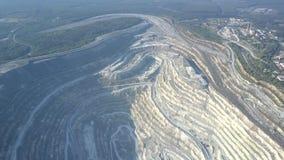 Terrasses profondes aériennes de mine d'amiante par la ville contre la forêt banque de vidéos