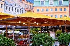 Terrassgatakafé i gammal stad av Riga Lettland royaltyfri fotografi